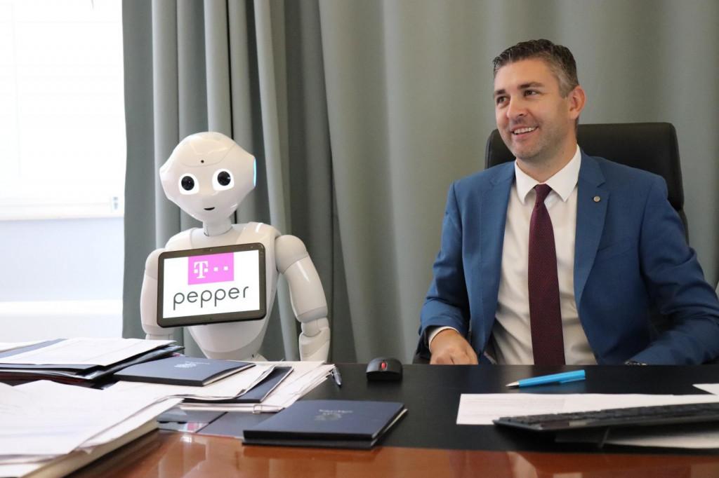 Gradonačelnik Mato Franković u društvu šarmantne robotice Pepper
