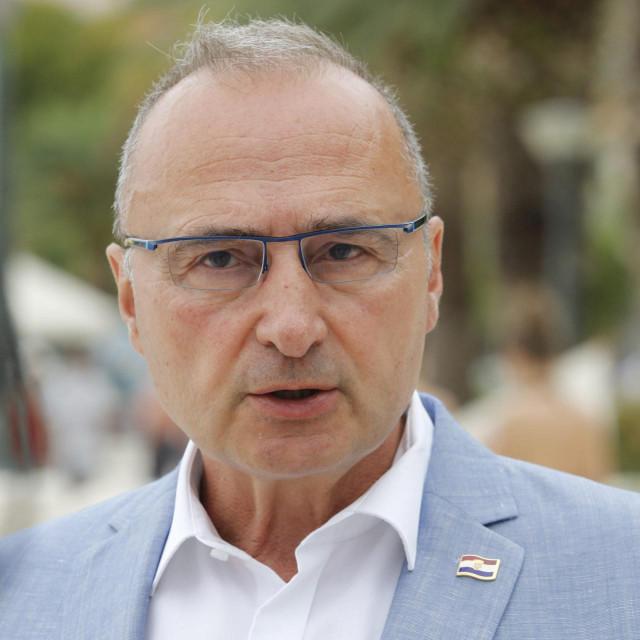 Baska Voda, 030821<br /> Izjava za medije ministra vanjskih i europskih poslova Gordana Grlic Radmana povodom poziva Drzavnog tajnistva SAD-a za ukljucivanje u Program izuzeca od viza. Ministar je izjavu dao na rivi u Baskoj Vodi.<br />
