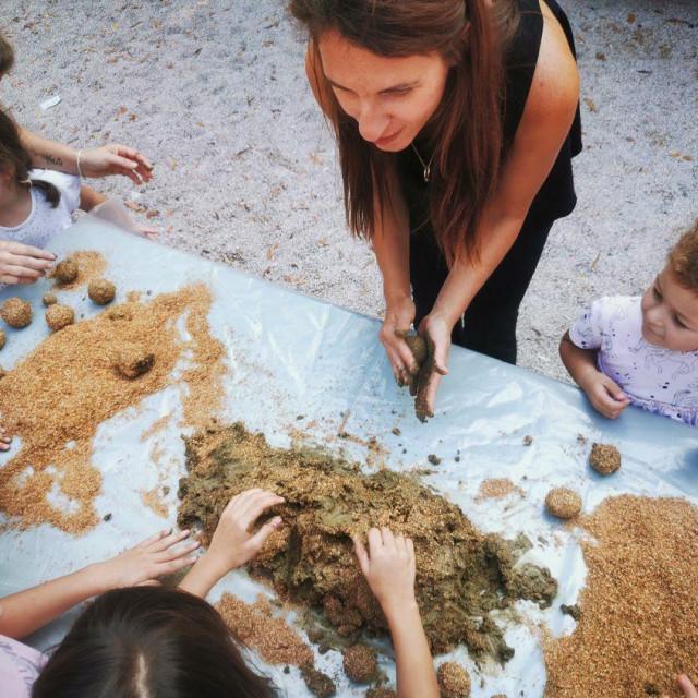 Kugle su kombinacija gline, fermentirane organske tvari u prahu i tekućih mikroorganizama
