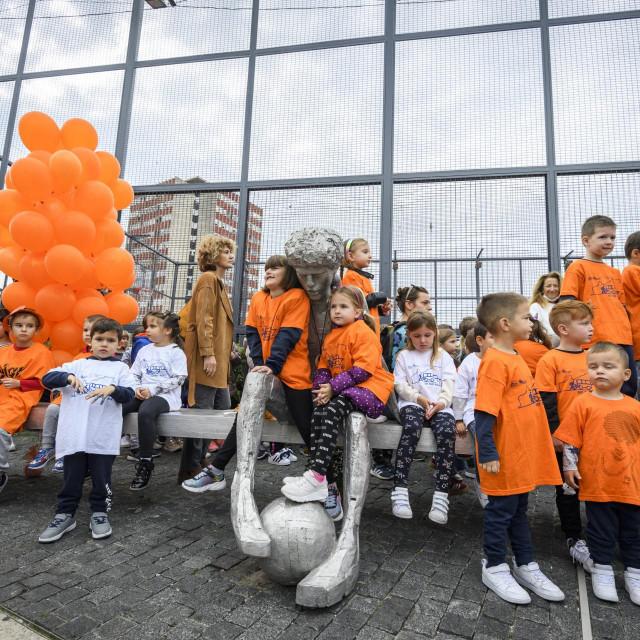 Polaganjem vijenaca i puštanjem balona kod spomenika na Baldekinu obilježena je 57. godišnjica rođenja Dražena Petrovića.<br />