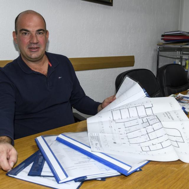 Ravnatelj Cvjetnog doma Tomislav Ninić s gotovom dokumentacijom za projekt uređenja prostora u niskom prizemlju zgrade