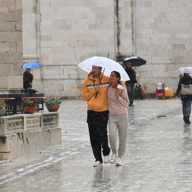 Turiste ni kiša nije spriječila u razgledanju Grada
