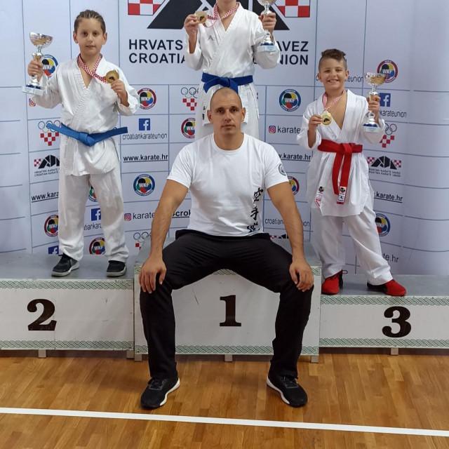 Zlatni šibenski karataši s trenerom Ivanom Zoričićem