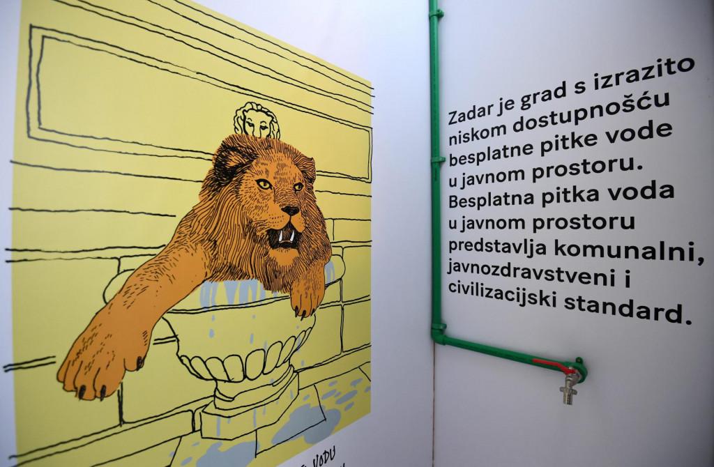 Privremena umjetnicka instalacija posvecena vodi pod nazivom Zedni na rivi autora zadarskog Studija PIN (arhitektura) i umjetnika i kustosa Marka Goluba (crtezi)