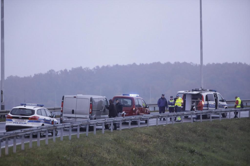 Okucani, 221021.<br /> U teskoj prometnoj nesreci kod Okucana na A3 poginule su tri osobe prilikom sudara kamiona i osobnog automobila.<br />