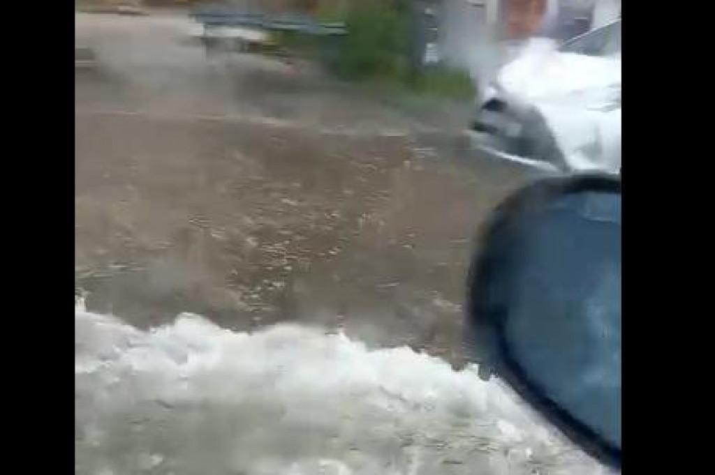 Obilna kiša ulicu Iva Vojnovića pretvorila je u rijeku