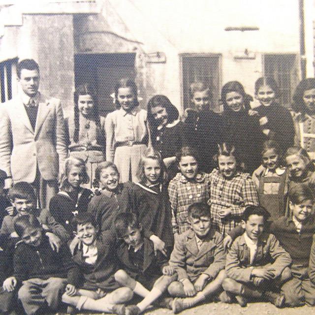Šibenski drugaši ispred tzv. škole Julović 1942. godine