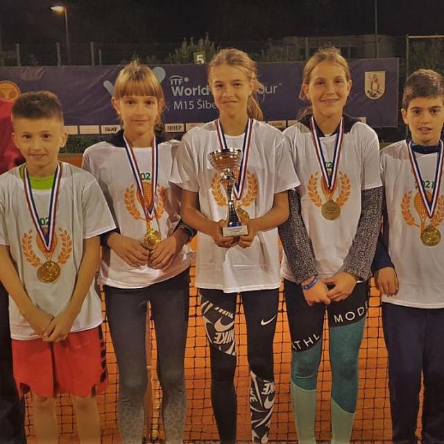 Srebro za Tenis klub Ragusu - trener Paolo Pavlinović, Vlaho Petković, Karla Tokić, Ana Petković, Petra Šanje, Josip Alavija i Luka Jarak