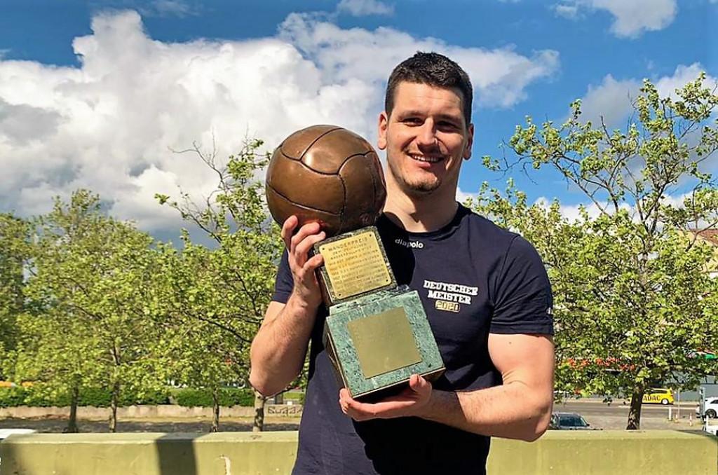 Marko Macan s pokalom prvaka Njemačke, ove 2021. osvojio je prije toga njemački Super kup, a sad i Kup Njemačke