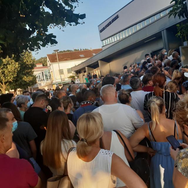 Na cijepljenje u sportskoj dvorani u Metkoviću dolazili su čak iz Sarajeva i Zenice dok domaći ljudi nisu pokazivali veliko zanimanje