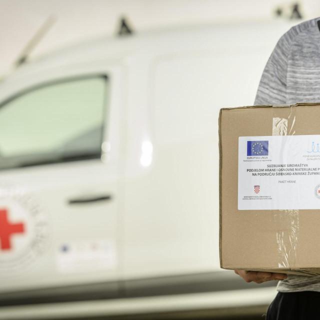 U skladištu društva Crvenog križa započela je podjela paketa pomoći socijalno ugroženim osobama<br />