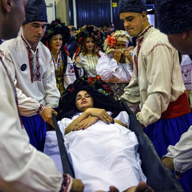 Sudionici simuliraju ceremoniju žalosti na pogrebnoj izložbi u Moskvi